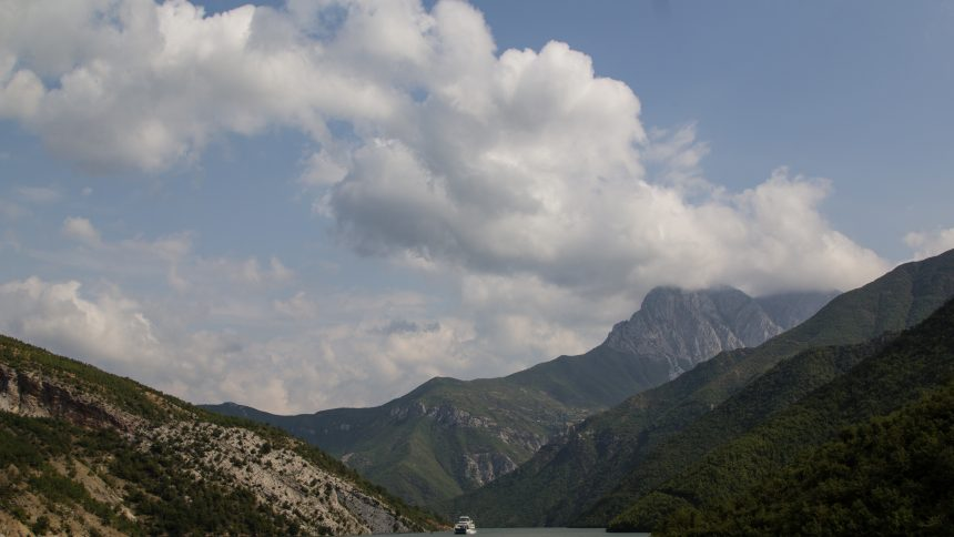 The surrounding mountains rise up to over 1600 m